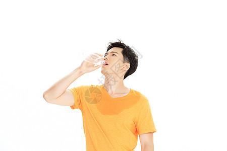 黄色短袖男性喝水降温图片