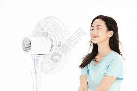 夏季美女吹风扇图片