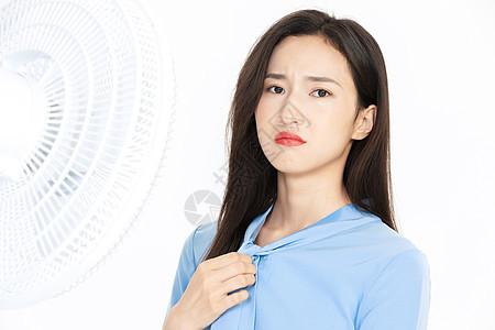 美女夏日避暑图片
