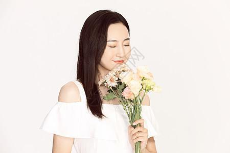 清纯美女手持鲜花图片