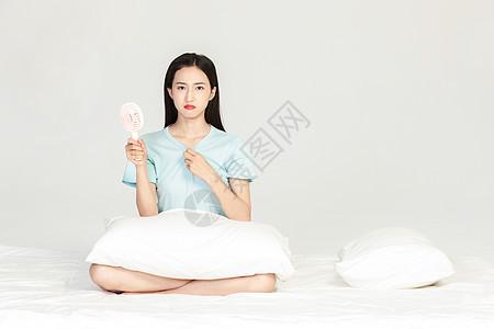 美女吹风扇避暑图片