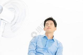 男性夏日出汗图片