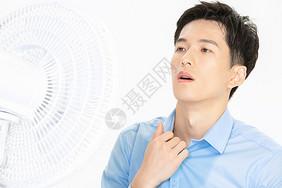 男性吹风扇避暑图片