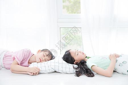 两个小女孩睡觉图片