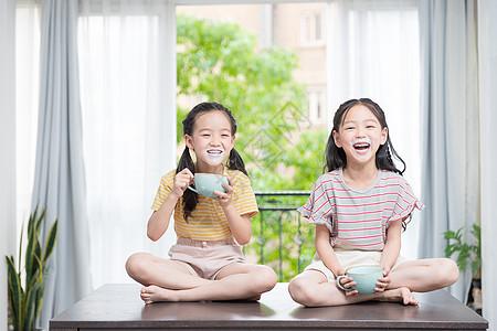 小闺蜜开心吃酸奶图片