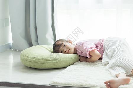 可爱小女孩飘窗休息图片