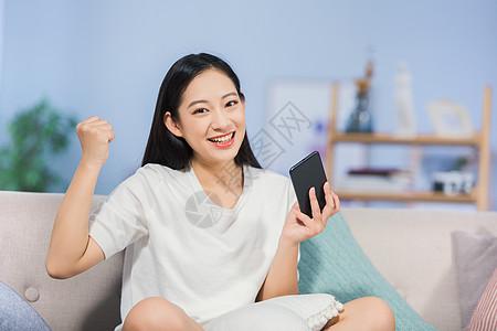 女性开心玩手机图片
