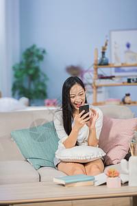 女性在沙发上娱乐图片