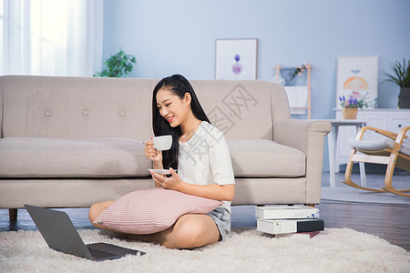 女性客厅使用电脑图片