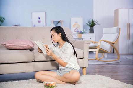 女性客厅看书图片