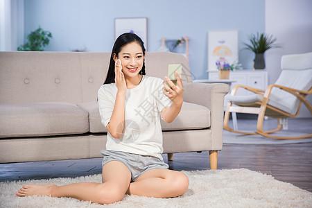 女性客厅化妆图片