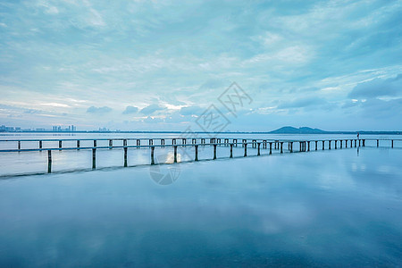 黎明时分的武汉东湖凌波门水天一色风光图片