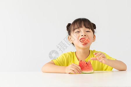 可爱小女孩吃西瓜图片
