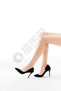女性展示白色丝袜与黑色高跟鞋图片