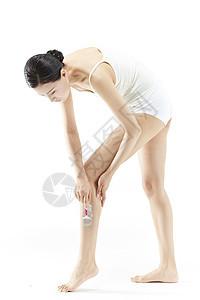美女刮腿毛图片