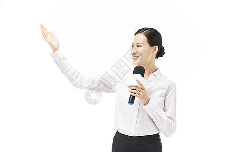 穿粉色衬衣的女记者形象图片