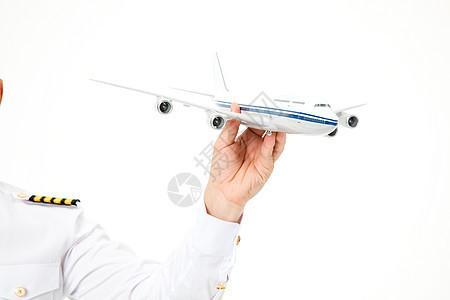飞行员机长手拿飞机形象特写图片