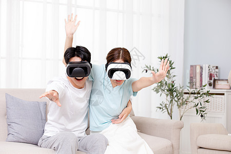 年轻情侣居家体验VR图片