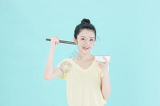 可爱女性手拿碗筷图片