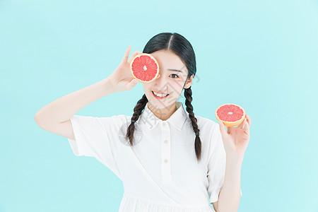 可爱女性手拿橙子图片