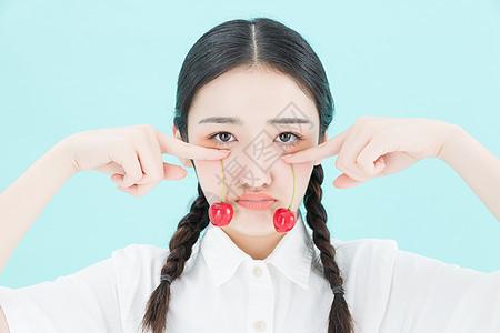 可爱女孩手拿樱桃图片