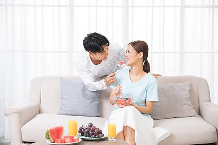 年轻男性给女友喂水果吃图片