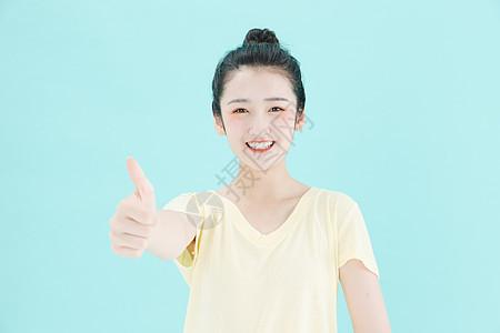 可爱女孩点大拇指图片
