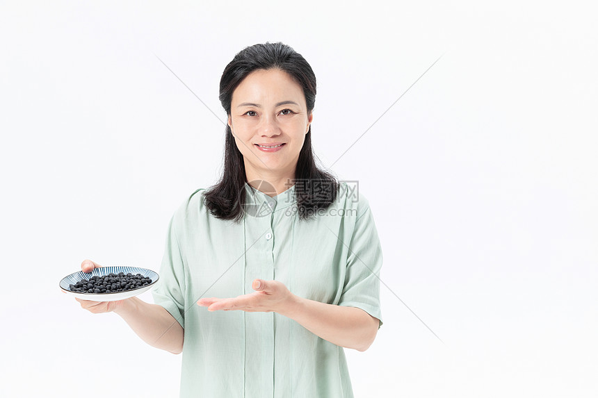 中年女性吃黑豆图片