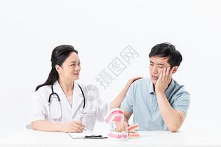牙医看病人牙齿图片