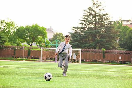 学生在操场上踢球图片