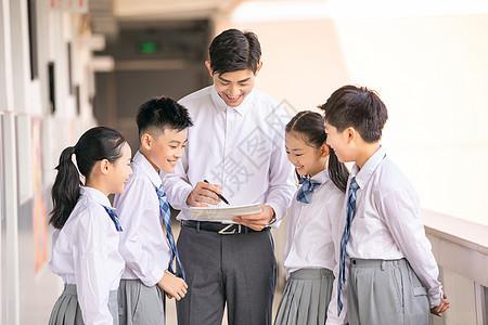 学生和老师在教室走廊上讨论图片