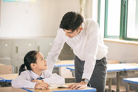 老师一对一辅导学生学习图片