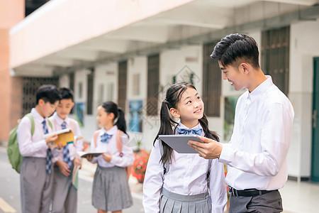 老师与学生课间讨论问题图片