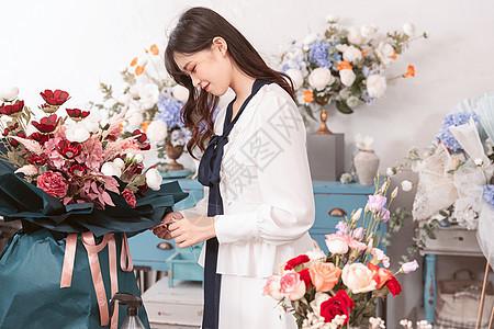 青年美女花艺店插花图片