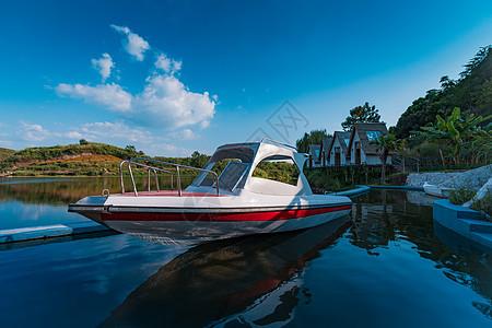 停靠在湖面的船图片