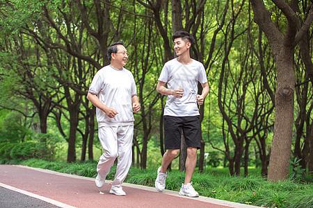 父子户外运动跑步图片