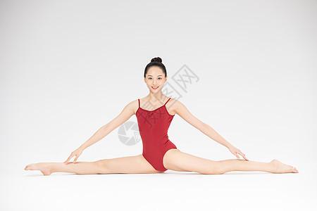 年轻美女跳芭蕾舞图片