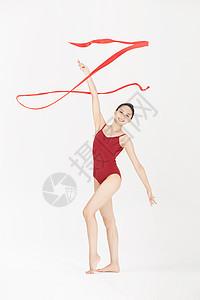年轻美女舞动丝带图片