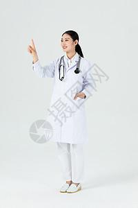 美女医生伸手触摸前方全身露齿笑图片