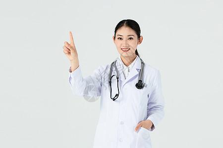 美女医生伸手触摸前方半身露齿笑图片
