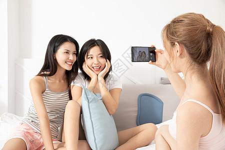 居家闺蜜们在拍照图片