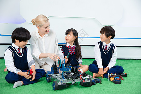 外教和小朋友一起做机器人图片