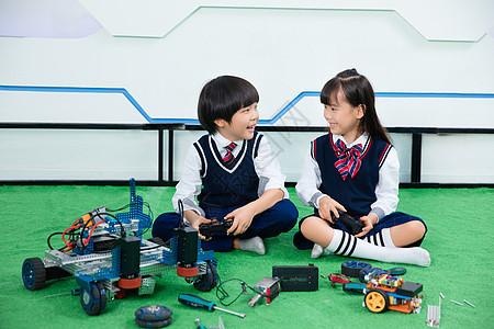 小男孩和小女孩一起做机器人图片