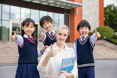 外教和学生一起微笑点赞图片