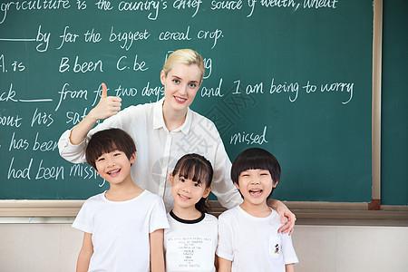 外教老师和小朋友们一起微笑图片