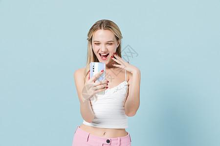 可爱外模开心看手机图片