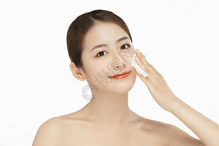 女性擦拭面部图片