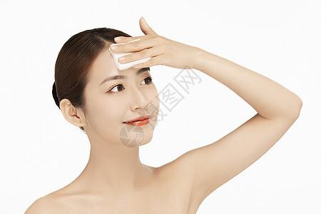 女性擦拭额头图片