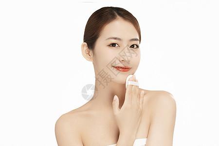 女性擦拭下巴图片