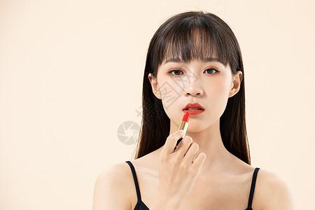 女性化妆涂口红图片